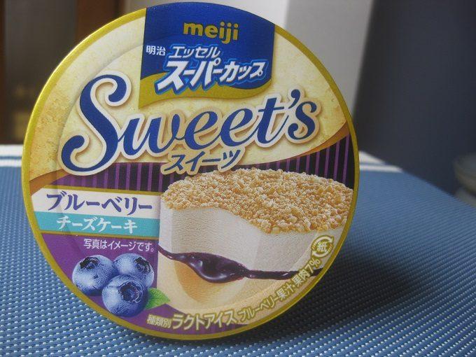 明治「エッセルスーパーカップSweet's ブルーベリーチーズケーキ」
