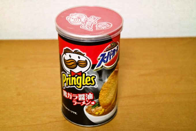 プリングルズがスーパーカップ味に!「鶏ガラ醤油ラーメン味」と「エースコック いか焼そば味」